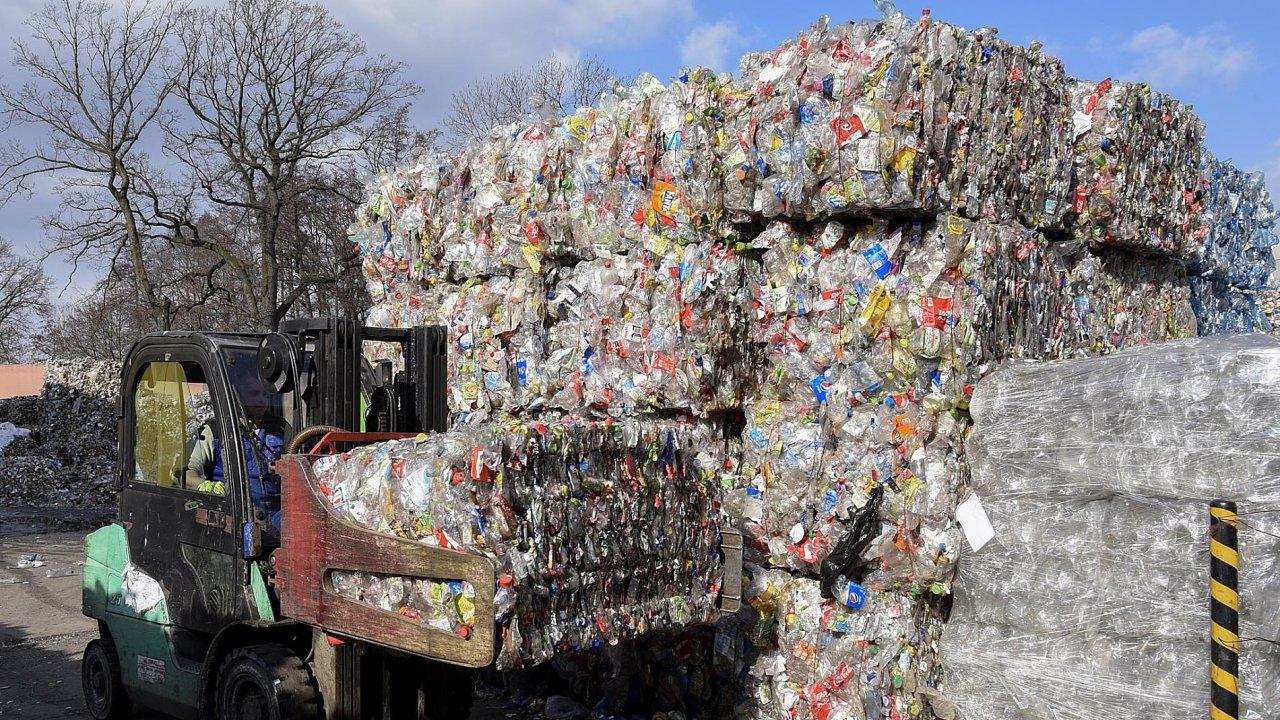 Každý měsíc musí Jan Daniš vyložit přes třicet kamionů plných balíků se slisovanými PET lahvemi. Stejně v létě jako v zimě.