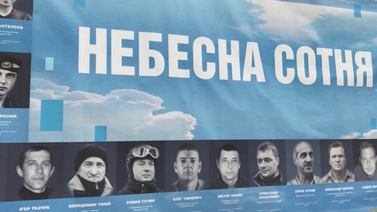 Kyjevská třída Hrdinů nebeské setniny se stala jakýmsi muzeem v otevřeném prostoru. Pomníčky připomínají lidi padlé během krvavých střetů v únoru 2014.