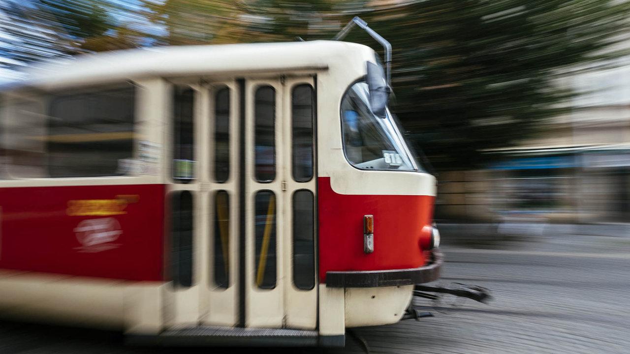 Na muže tmavší pleti zaútočili v tramvaji fanoušci fotbalové Sigmy Olomouc.