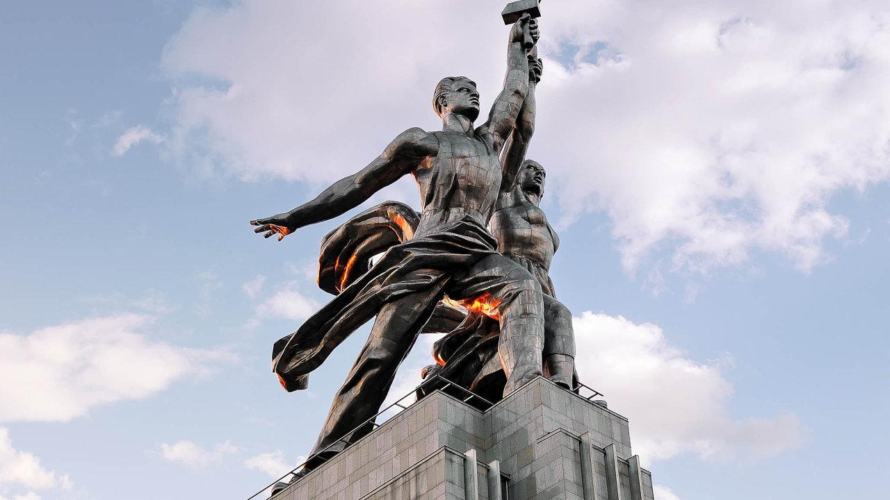 """Monumentální sousoší Dělník akolchoznice zdob Sovětského svazu dodnes vMoskvě symbolicky ukazuje cestu k""""světlým zítřkům""""."""