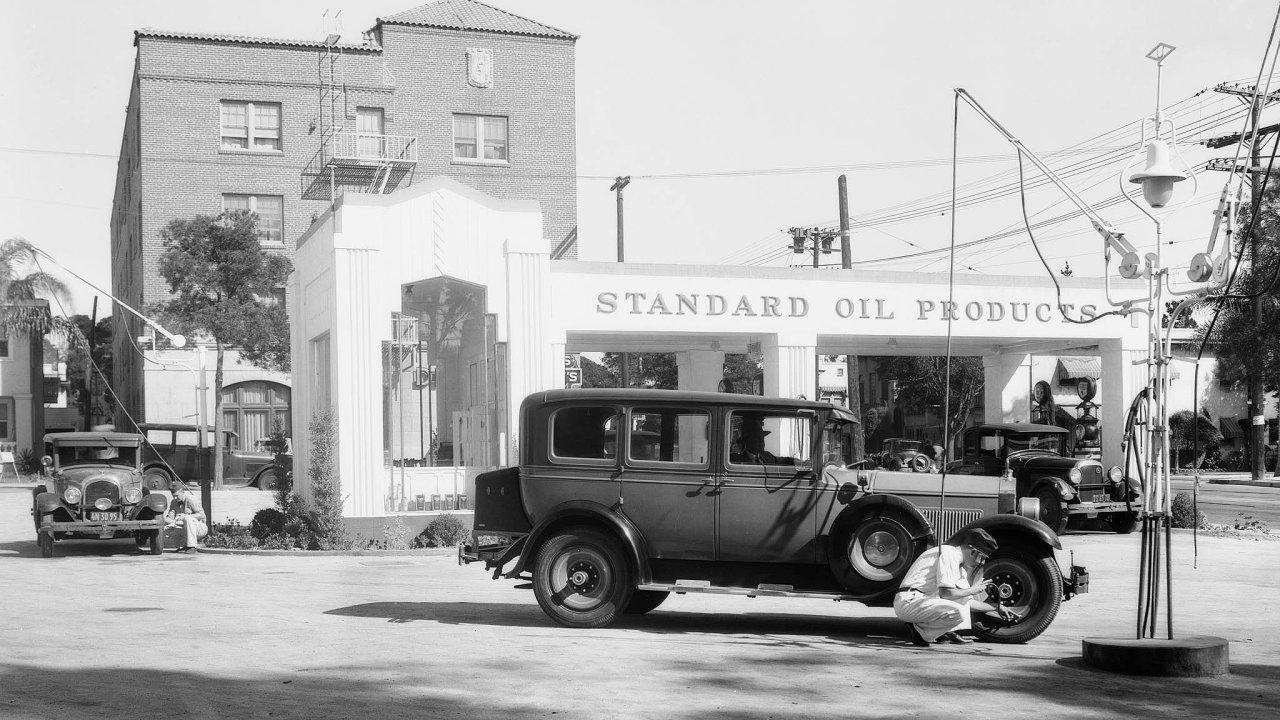 Ropný gigant Standard Oil (zněhož se následně stalo Esso) zaplavil ve 30. letech minulého století USA čerpacími stanicemi benzinem obsahujícím olovo.