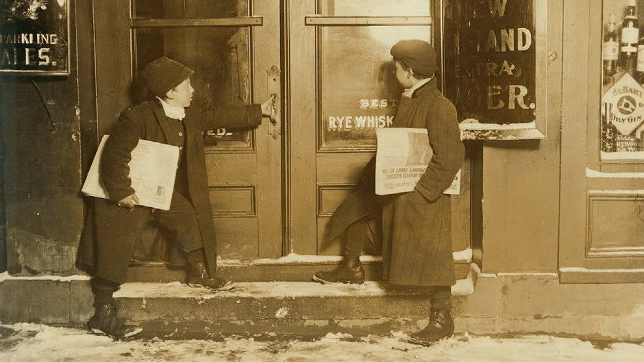Malí prodavači novin z Hartfordu, Connecticut, USA.