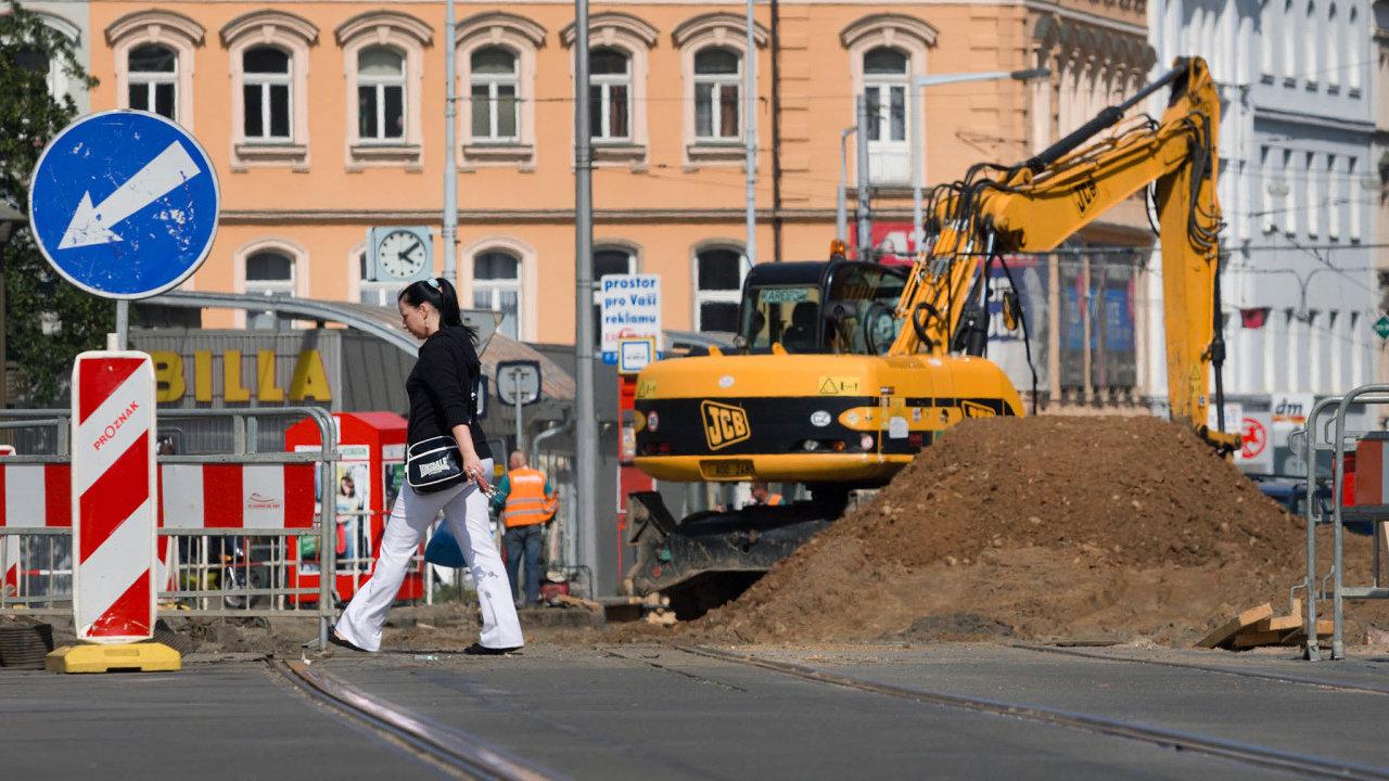 Vliv na dopravu. Praha zrušila většinu smluv advokáta Květoslava Hlíny, zůstalo mu jen zastupování města v kauze bývalého vedení Pražské strojírny, jež zajišťuje opravu tramvajového kolejiště.