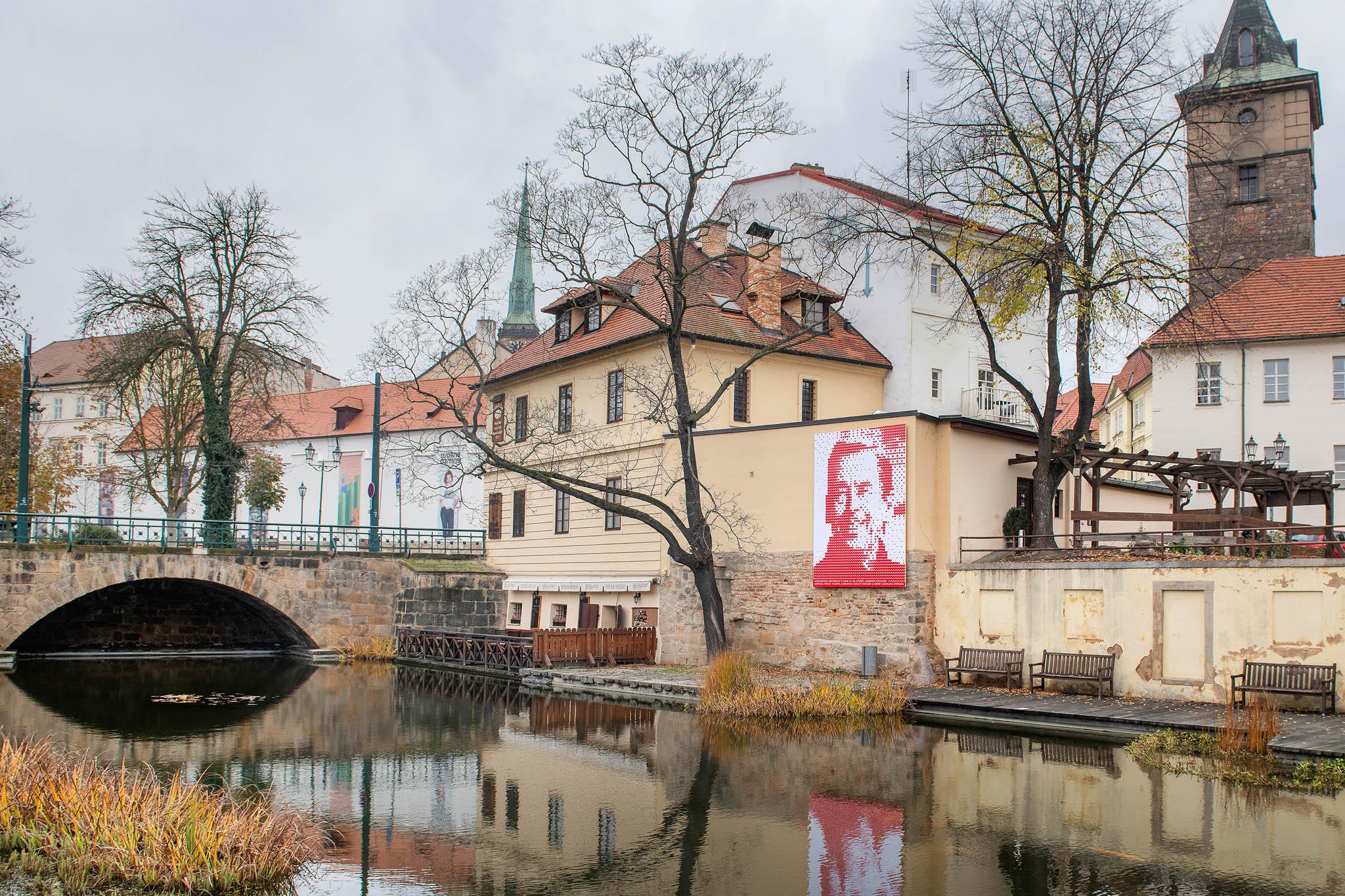 Portrét prvního polistopadového prezidenta Václava Havla složený zesrdíček představili vúterý vPlzni jako součást oslav 30. výročí listopadových událostí.
