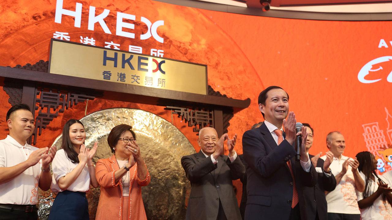 Šéf Alibaby Daniel Čang (vpopředí), ředitelka hongkongské burzy Laura Čchaová (třetí zleva) a někdejší správce HongkonguTung Chee-hwa (čtvrtý zleva) oslavují začátek obchodování s akciemi Alibaby.