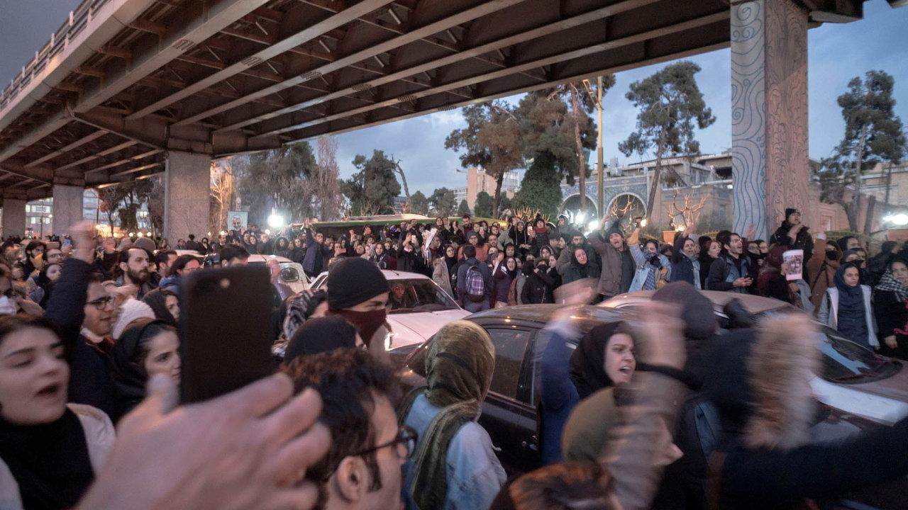 V Teheránu a dalších íránských městech lidé demonstrují proti režimu. Akce vypukly v reakci na přiznání revolučních gard, že omylem sestřelily ukrajinské dopravní letadlo se 176 lidmi na palubě.
