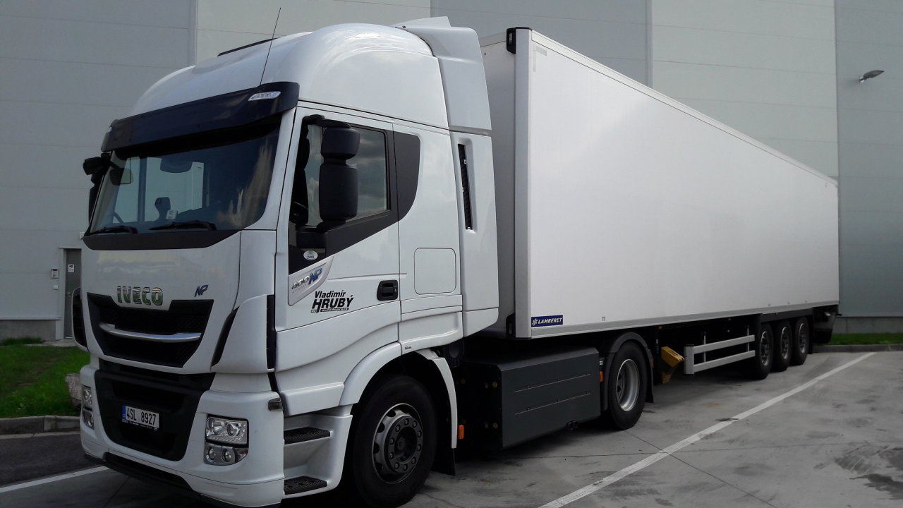 Albert klade důraz na ekologii dopravy - rozváží zboží kamiony na CNG.