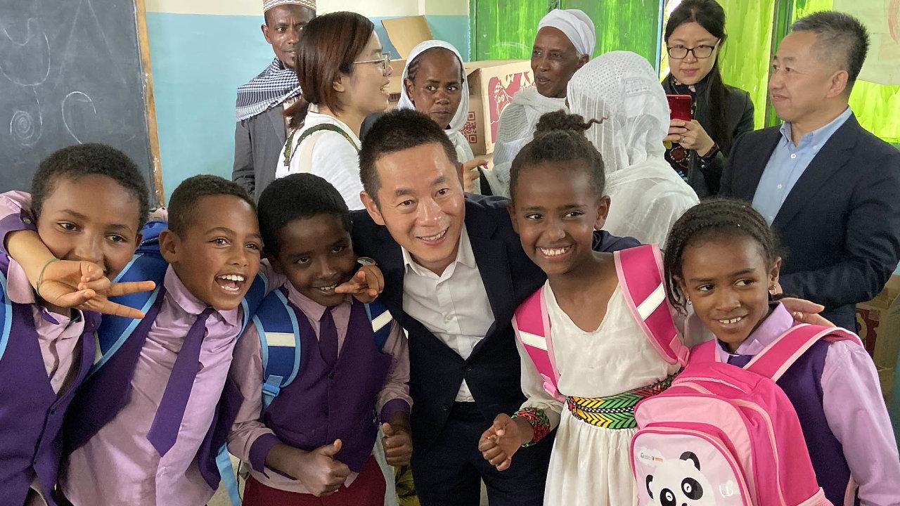 Takhle se to dělá... Zástupce čínské společnosti Alibaba Group rozdává dětem ze základní školy v Etiopii takzvané panda balíčky.