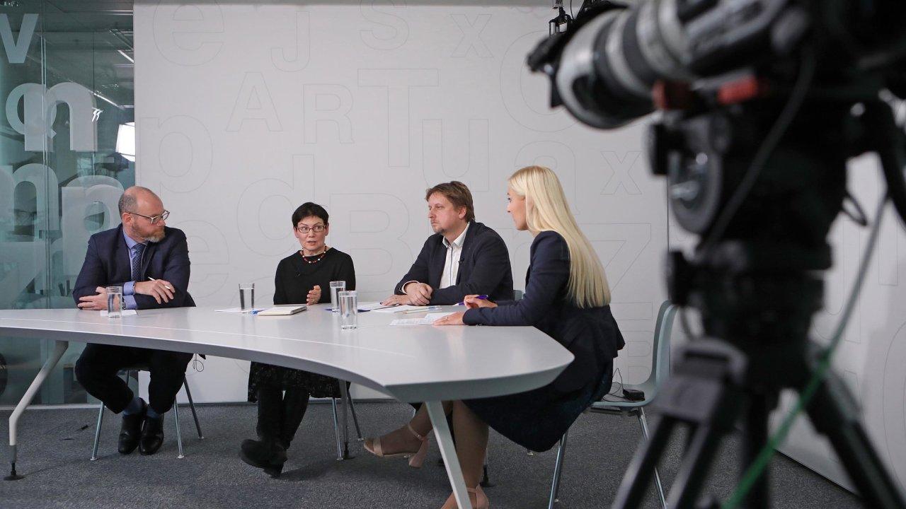 Debaty se zúčastnili (zleva) ministr školství Robert Plaga, Hana Košťálová z projektu Pomáháme školám kúspěchu, aJan Korda, ředitel Smysluplné školy v Praze. Debatu moderovala Jana Niedermeierová, redaktorka HN.