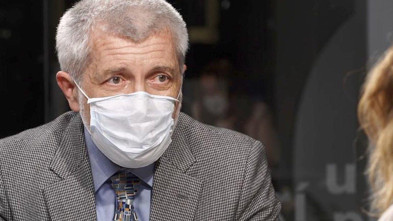 Když v parku jednou za pět minut potkáte člověka, žádné riziko vám nehrozí, říká infekcionista Nemocnice na Bulovce Jiří Beneš.