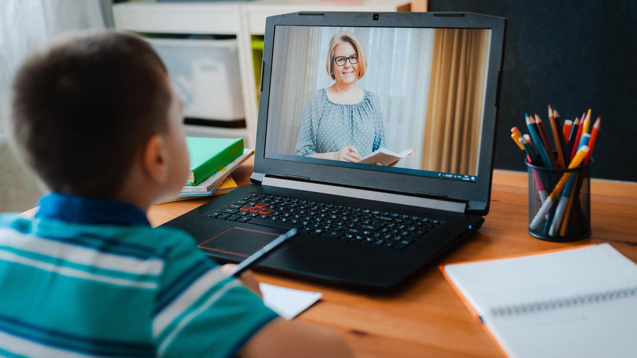 """Bez tříd aadministrativy. Vdomácím vzdělávání děti nejsou vázány najedno místo, kde se učí, ajejich rodičům odpadá mnoho formalit. V režimu """"škola doma"""" je dítě upoutáno na delší dobu k počítači."""