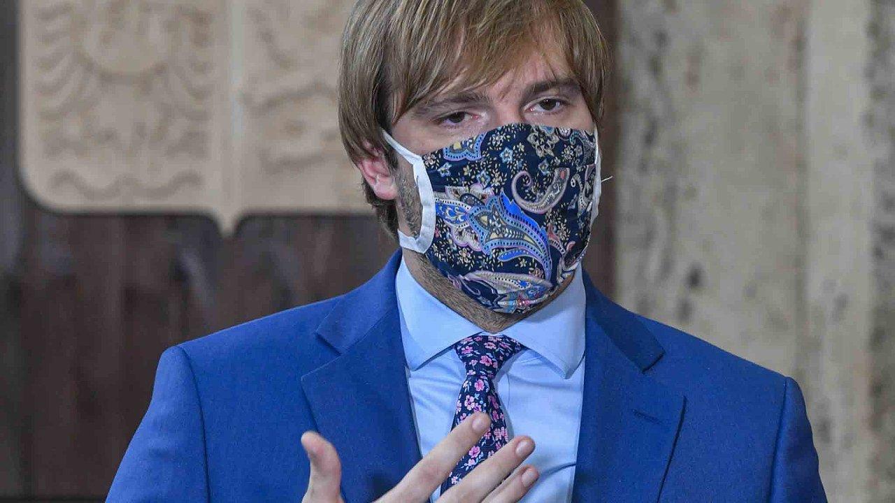 Ministr zdravotnictví Adam Vojtěch se rozhodl zavést celoplošná preventivní opatření ke zpomalení šíření koronaviru.