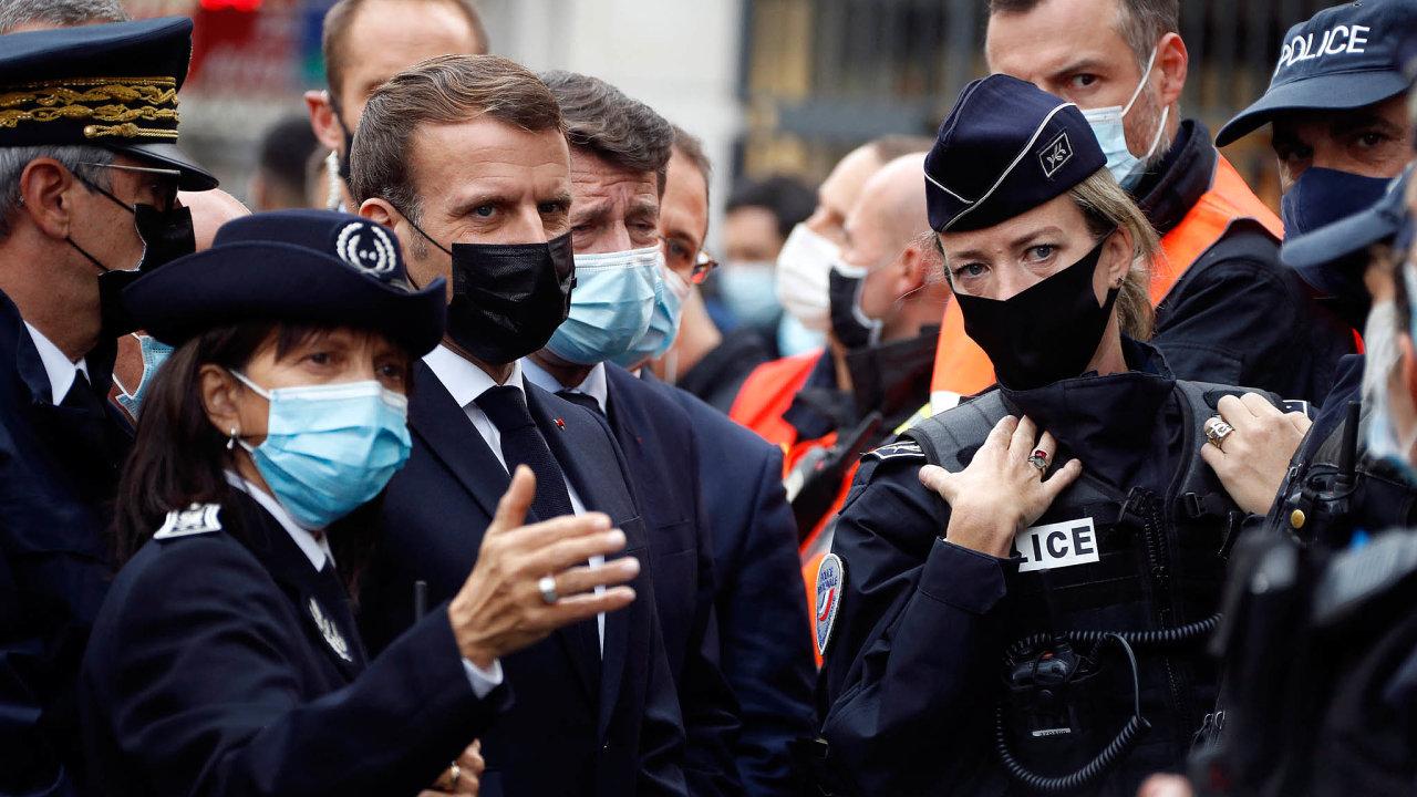 Macron několik hodin poútoku navštívil okolí kostela Notre-Dame vNice. Poděkoval bezpečnostním složkám, vyzval kjednotě arozhodl oposílení bezpečnostních opatření vokolí svatostánků iškol.