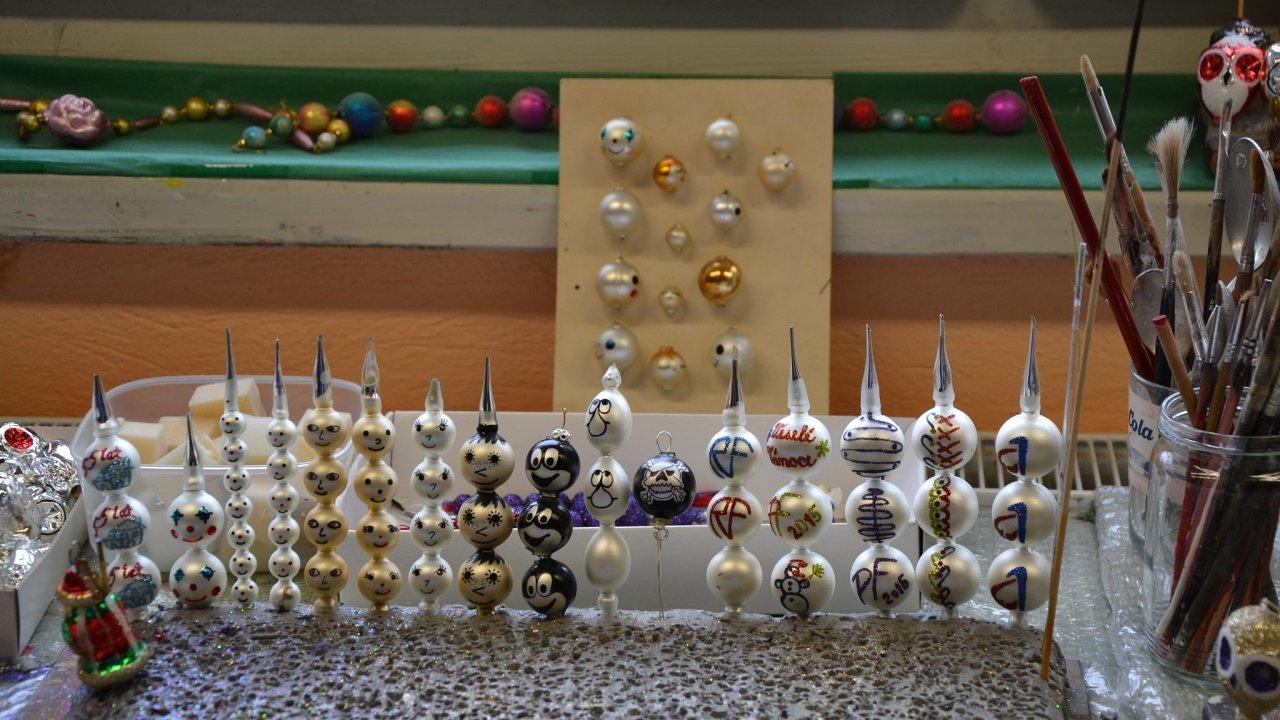 Vánoční ozdoby z dutých skleněných perliček vyrábějí v Poniklé na Semilsku už více než sto let.
