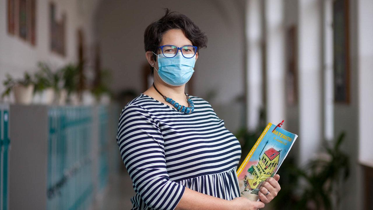 Když vedení školy Vadasové nabídlo, že může učit zetříd adružináři pohlídají její děti, konečně se mohla soustředit jen navýuku.