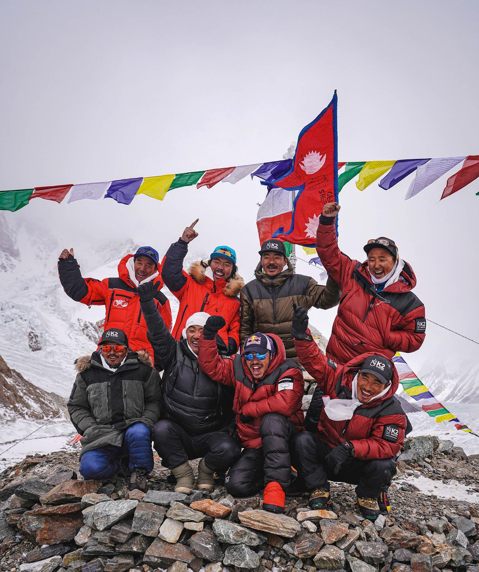 Vúspěšném týmu, který zdolal K2 vzimě, byli inejznámější nepálští horolezci Mingma G (nahoře druhý zleva) aNimsdai (vdolní řadě třetí zleva).