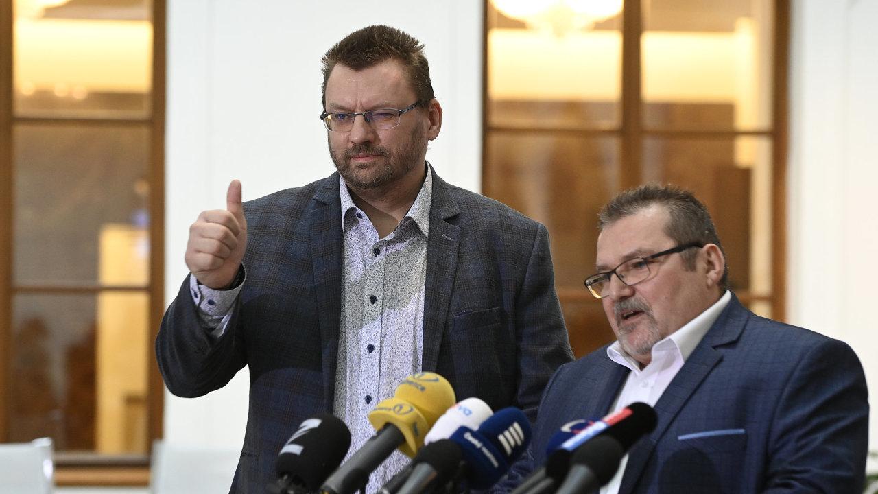 Nezařazení poslanci Lubomír Volný (vlevo) a Marian Bojko byli vyvedeni z jednacího sálu, protože si odmítli nasadit roušky.