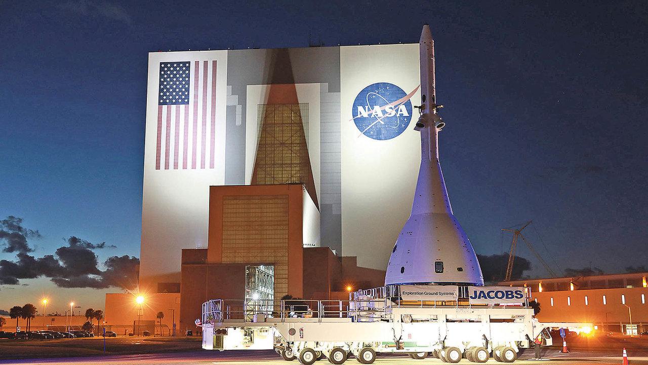 Speciální transportní vozidlo Kamag právě dopravilo kestartovacímu komplexu 46 vKennedyho vesmírném středisku kosmickou loď Orion.Její prázdná hmotnost je přes 15 tun.