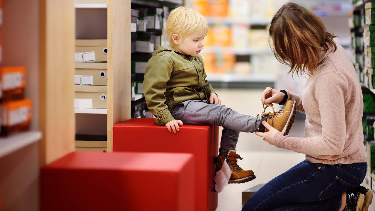Od pondělí jsou z rozhodnutí vlády otevřená papírnictví a prodejny s dětským oblečením a obuví.