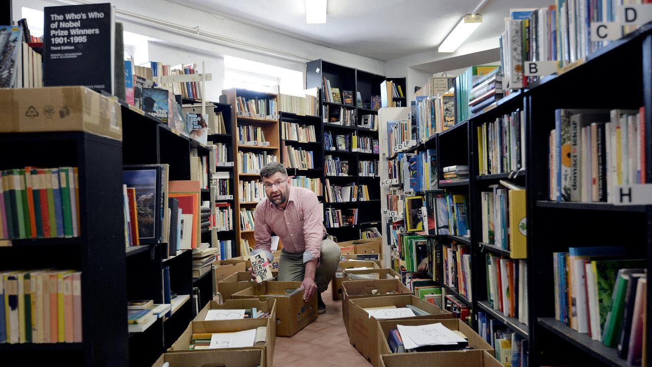 Liberecké knihkupectví Martina Fryče je pojem. Teď ale musí být zavřené amajitel kromě jiného vozí knihy zákazníkům navenkov.