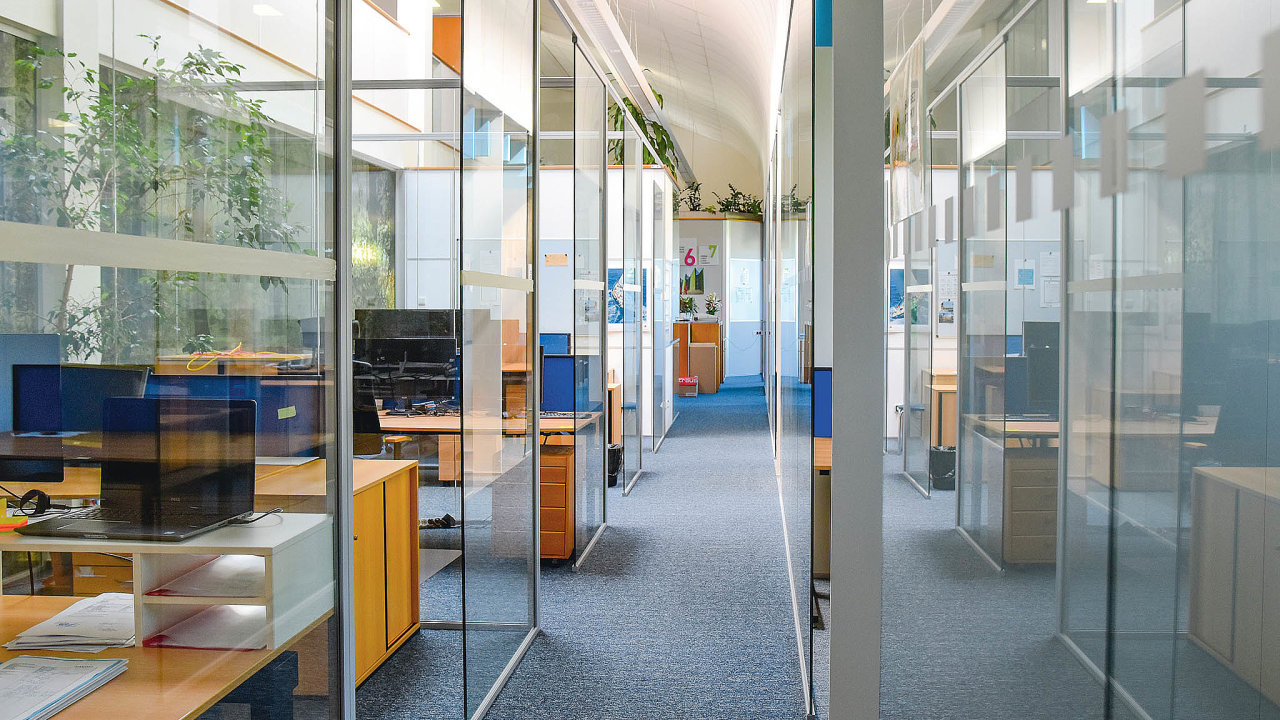 Opatření zavedená vsouvislosti spandemií koronaviru načas vyprázdnila mnohé kanceláře. Aby se lidé mohli vrátit dofirmy acítili se vpráci bezpečně, vLiko-Svybudovali lehké průsvitné příčky mezi všemi pracovišti.