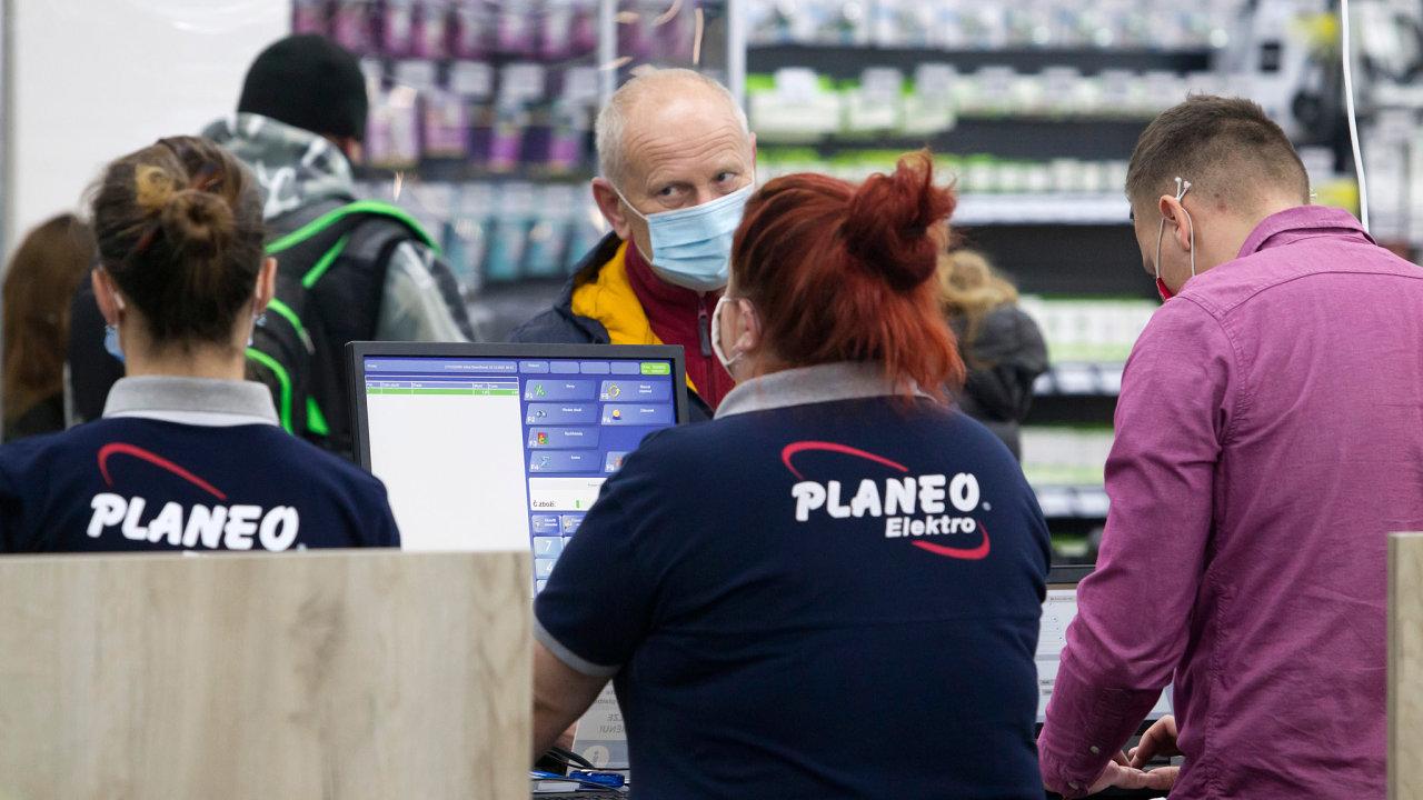 Skupina investorů složená z těžkých vah – PPF, Daniela Křetínského, Patrika Tkáče a Jakuba Havrlanta – oznámila koupi skupiny Fast, která je známá hlavně svou sítí prodejen Planeo Elektro.
