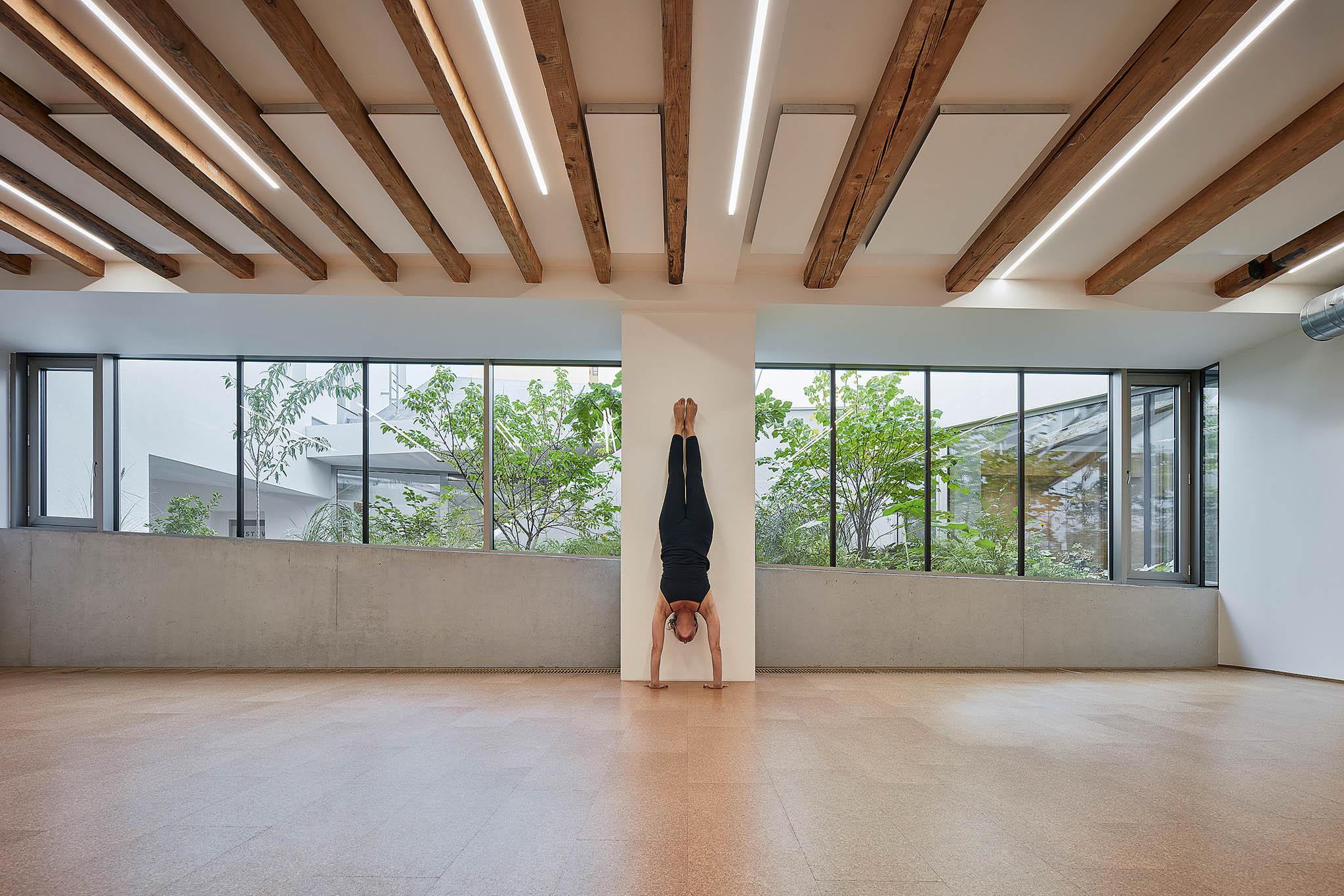 Jedno znejkrásnějších jógových studií má otevřeno. Majitelé Yoga Garden nechali volnou ruku polskému architektovi Szymonovi Rozwalkovi, který pozval světlo apřírodu dovnitř.