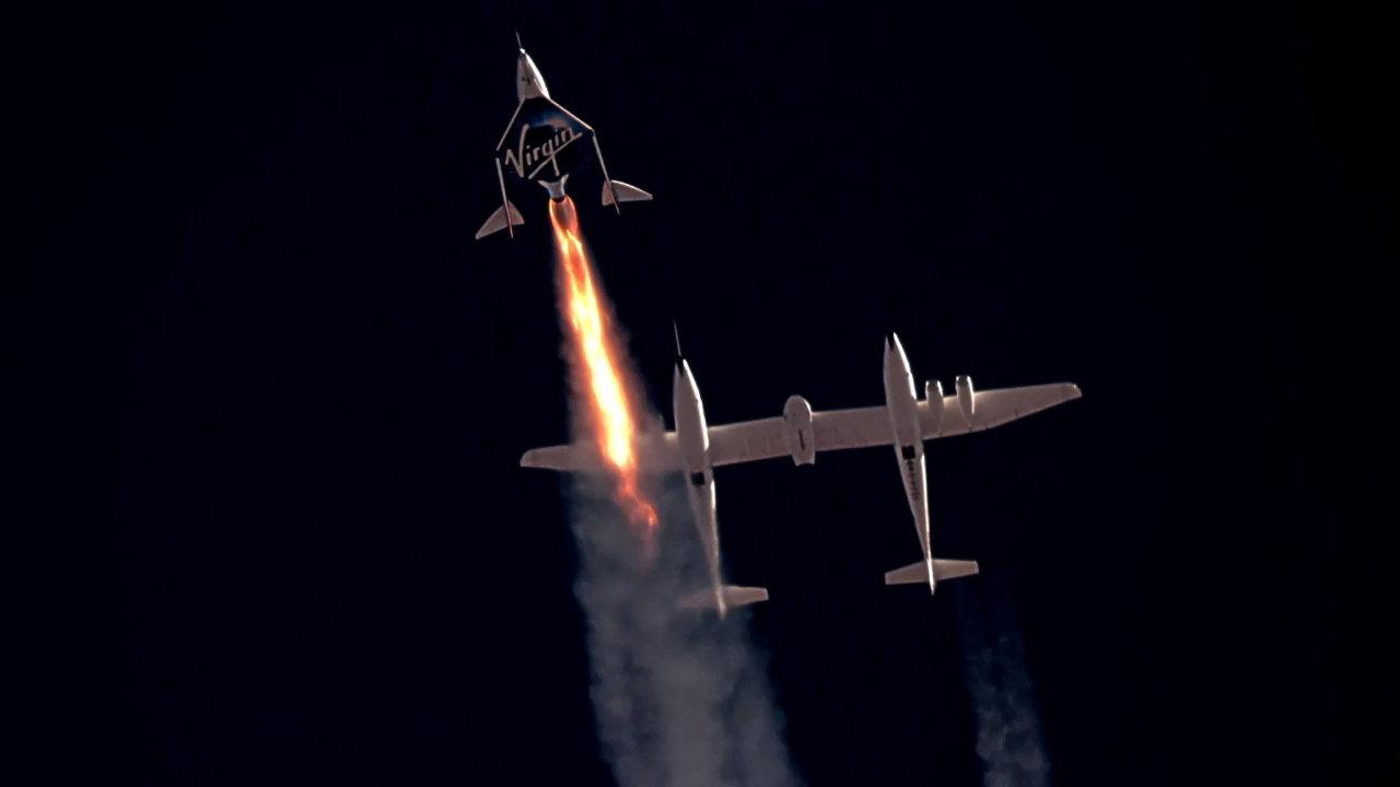 Loď společnosti Virgin Galactic SpaceShipTwo startuje zpod upraveného letadla White Knight Two.