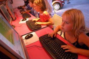 Děti ve škole u počítače