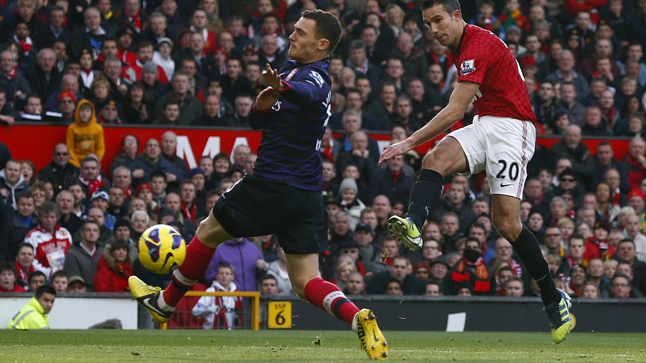 Robin van Persie střílí na branku Arsenalu
