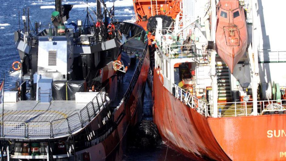 Kolize lodi aktivistů a tankeru po nárazu japonských velrybářů