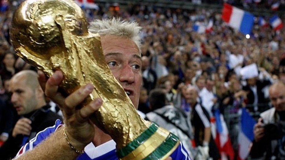 Didier Deschamps s trofejí pro mistry světa 1998.