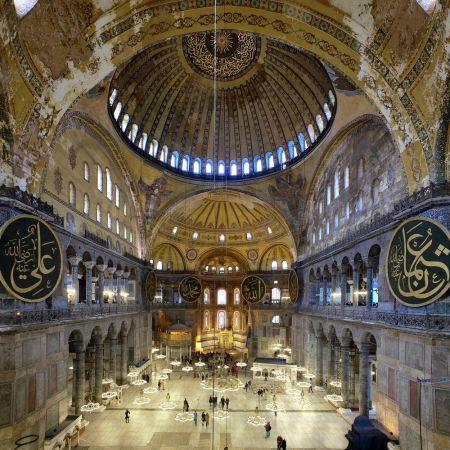 Interiér chrámu Boží moudrosti, který v minulosti sloužil jako kostel imešita. Nyní je muzeem.