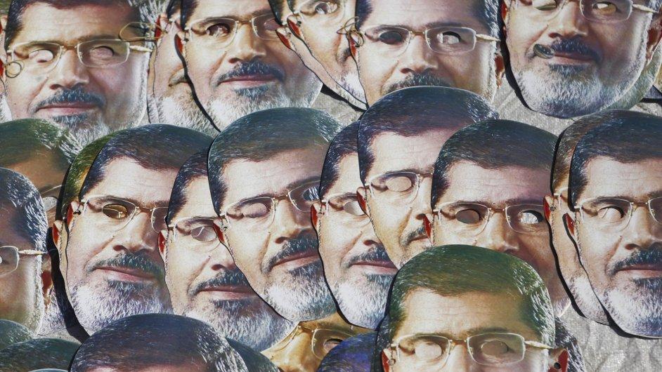 Masky s podobiznou Muhammada Mursího na protestu jeho příznivců