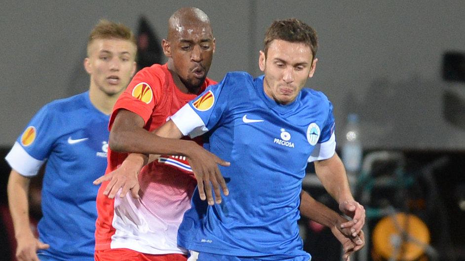 Gelson Fernandes (druhý zleva) a Sergej Rybalka v souboji o míč