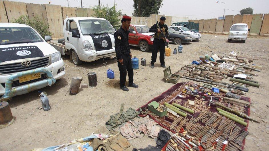 Irácké bezpečnostní složky ukazují vybavení, které zabavily radikálům ze skupiny ISIL.
