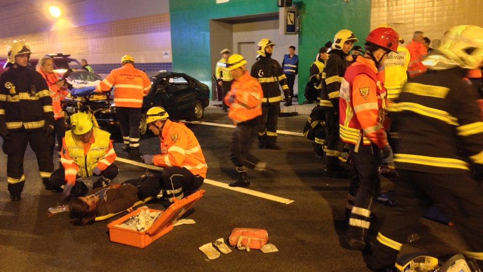 Cvičení hasičů, záchranářů a policistů v tunelu Blanka
