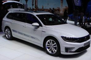 Autosalon Paříž: Dva motory pod kapotou hybridních aut budou stále běžnější