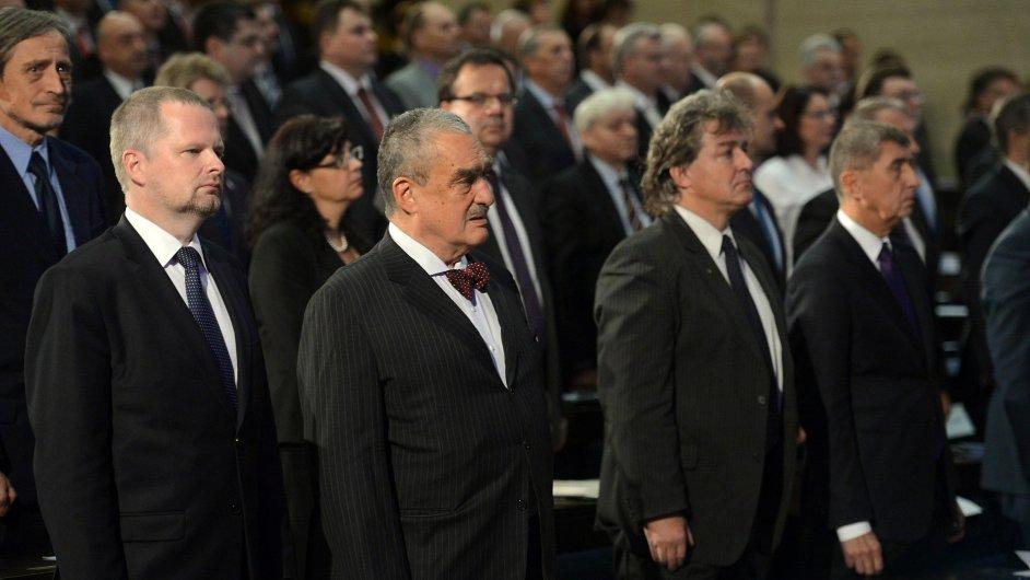 Karel Schwarzenberg (druhý zleva) během slavnostního shromáždění k 25. výročí listopadových událostí roku 1989