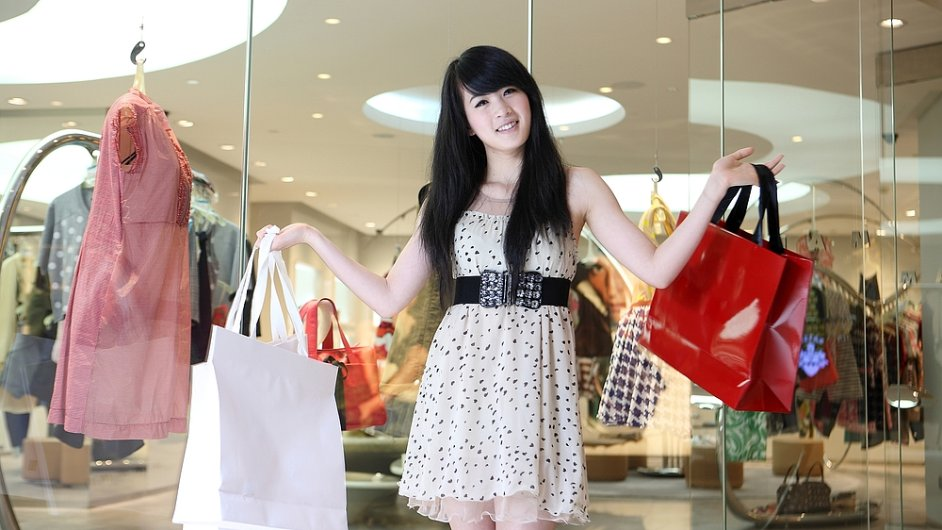 Čínské zákaznice prý dlouho vybírají a nakonec nic nekoupí. Pekingský butik jim proto zakázal vstup.