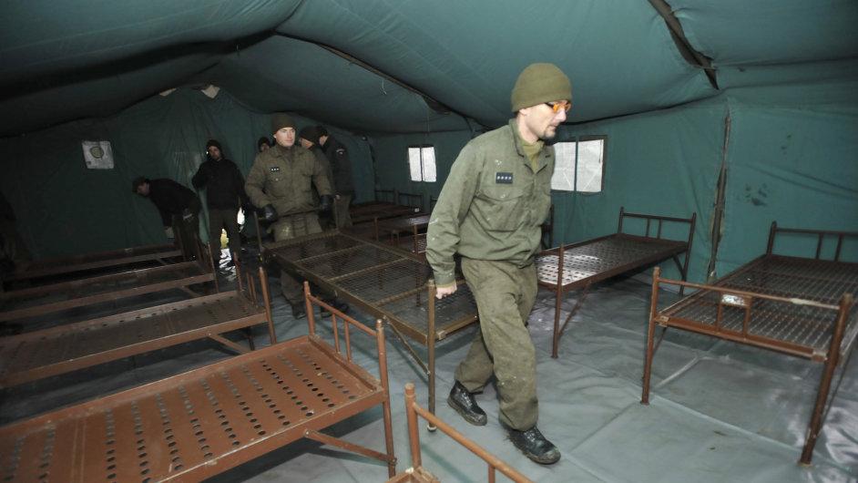 Vojáci si budují zázemí v okolí Vrbětic.