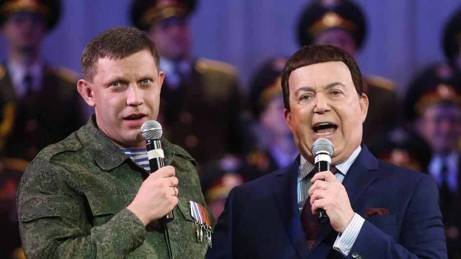 Zpěvák Josif Kobzon (napravo), šéf kulturního výboru ruské Státní dumy spolu s vůdcem separatistů Alexandrem Zacharčenkem