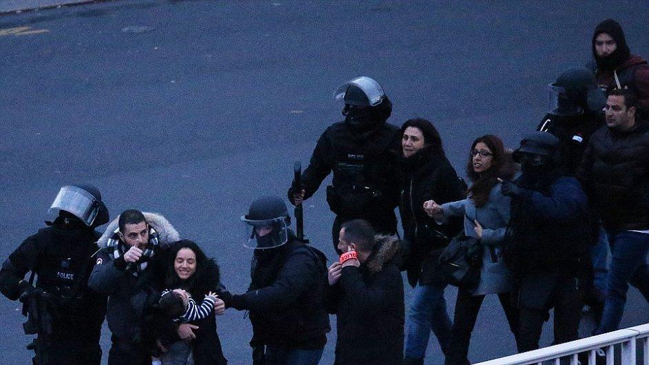 Nedaleko Paříže drží ozbrojenec deset rukojmích - Ilustrační foto.