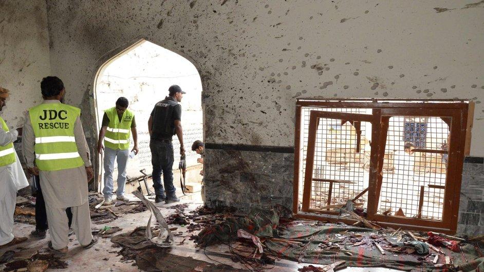 Policista a zdravotníci v mešitě, která se stala terčem útoku.