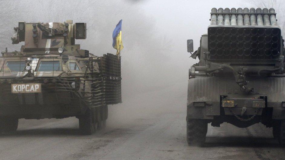 Vozidla ukrajinské armády v Debalceve, které je necelý den před začátkem dohodnutého příměří na pokraji zničení