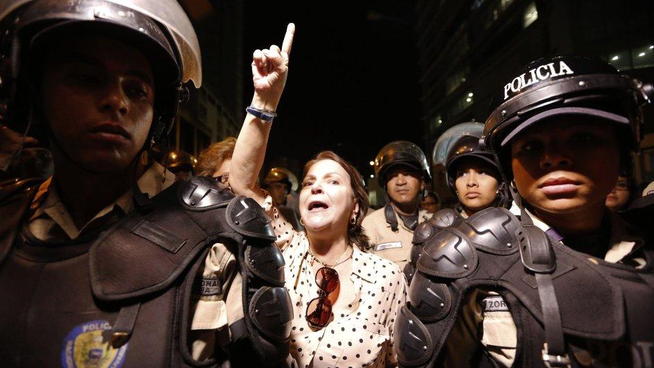 Manželka zatčeného starosty Caracasu Antonia Ledezmy na demonstraci za jeho propuštění