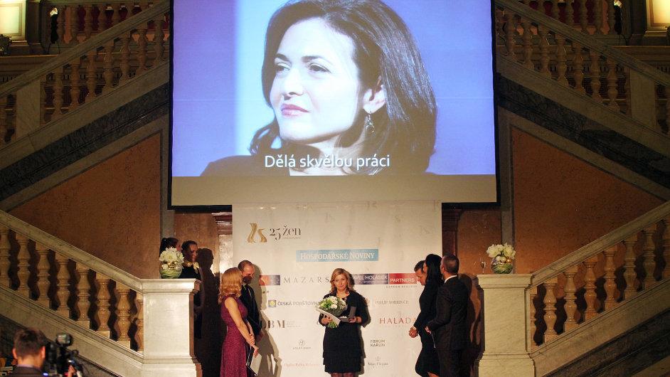 Loni vítězce ankety Renatě Mrázové namluvila osobní vzkaz šéfka Facebooku Sheryl Sandberg. A jaké překvapení čeká letošní vítězky?