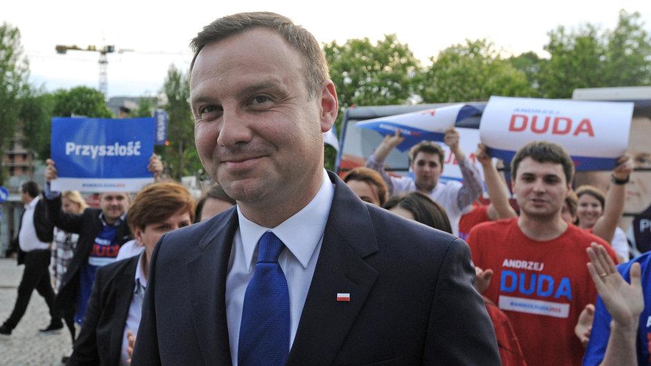 V polských prezidentských volbách překvapivě vede konzervativec Andrzej Duda.