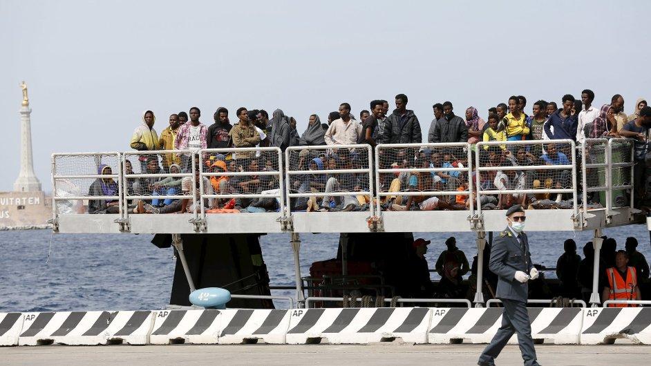 Uprchlíci v italském přístavu Messina - ilustrační foto