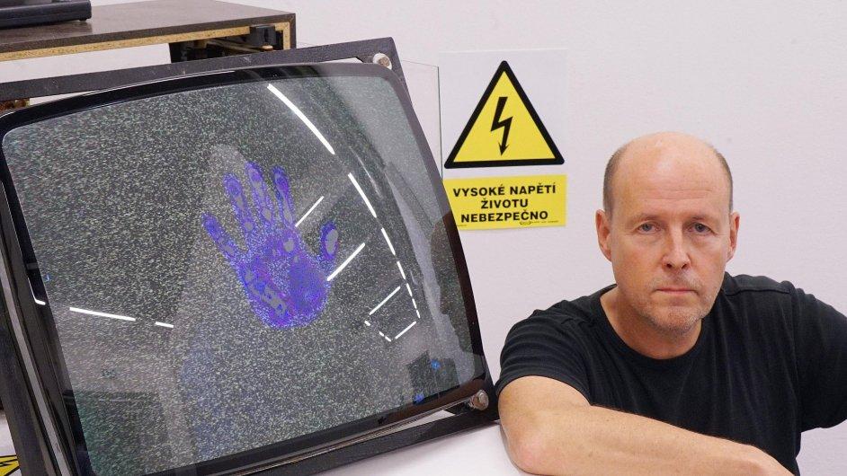 Na snímku z výstavy v Galerii NoD umělec Tomáš Ruller.